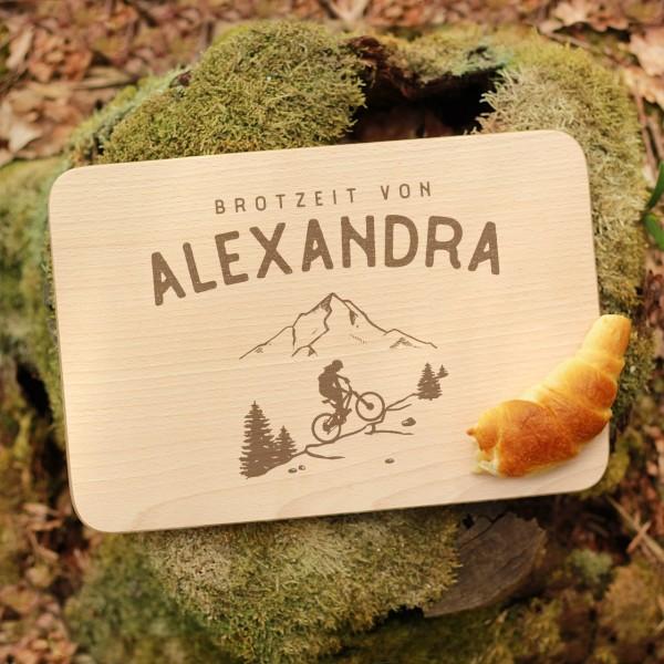 Brettchen Schneidebrett Outdoor MTB Bikerin Fahrradfahrerin mit Namen personalisiert