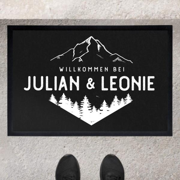 Fußmatte mit Motiv Berge und Wälder und Namen personalisiert
